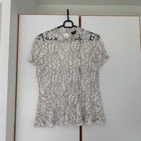 Blonde t-shirt fra only (har brugt en top inde under, da den er gennemsigtig) brugt få gange