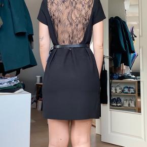 Sort kjole fra Zara. Størrelse Medium, men ses på en small. (Jeg sælger den for min søster, som er en M) Kan evt styles med et bælte for at fremhæve ens figur. (Bælte medfølger ikke) Helt ny med prismærke.   (Snorene man kan se på ryggen er bare de der til når man skal hænge kjolen op. De kan evt klippes af eller tages om på fronten, så man ikke kan se dem på ryggen)