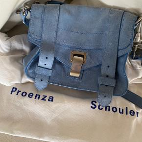 Proenza Schouler ps1 mini i blå ruskind. Fremstår i virkelig fin stand, da den kun er brugt få gange. Dustbag medfølger✨