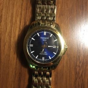 Fedt Tissot ur nypris 5.000 kr. Herre ur, og ekstra led medfølger.  Batteriet er gået i stå, så det skal skiftes, og det kan visse steder gøres gratis. Pris på uret er 500 kr.  Kom endelig og prøv uret ☺️✨