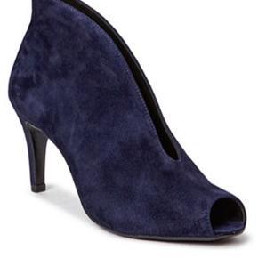 Brugt et par gange. Sælges da de bare står. Super smukke stilletter/heels - kan både bruges til bukser og kjole. Normal i størrelsen.  #30dayssellout