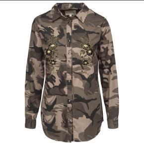 Flot army farvet skjorte med broderi ved bryst. Kan også passes af en str M.