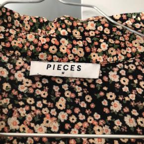 Så flot blomstret kjole fra Pieces, str. m🌸