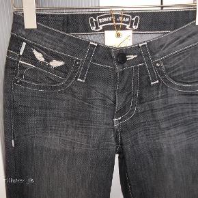 Varetype: Jeans Størrelse: 25 Farve: gråblå m/hvide vinger Oprindelig købspris: 2700 kr.  Sommerens HIT ;-)   De fedeste og lækreste Jeans fra Robins Jeans, med HVIDE vinger, og små nitter ved lommen foran, bagpå er 4 sølv nitter og 1 guldnitte... Super flotte Jeans.  Købt for små.  Style B8072NAT - Marilyn Materiale er 98% Cotton -2% Lycra   Mål er: Længden 105 cm Livvidde 2 x 37.5 cm Fra skridt og ned 86 cm   Hvis disse her jeans skal sendes udenfor DK skal portoen aftales med sælger Nypris 360 euro = *Prisíde 1100,- kr*  ¤¤¤¤ BYTTER IKKE ¤¤¤¤