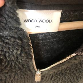 Lækker blød vamset Wood Wood trøje/jakke med hætte på. Er selv en str xs/s, så den er brugt som oversize overtøj