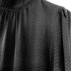 Lækker blød skjorte fra H&M i str S. Sort med gråt mønster.. Passer også af en str M.  100 % polyester og brystmål er 50 cm (100 cm ialt)  Aldrig brugt.. Befinder sig i Tarup