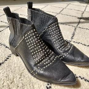 Rigtig fine støvler med spids snude og smukke detaljer