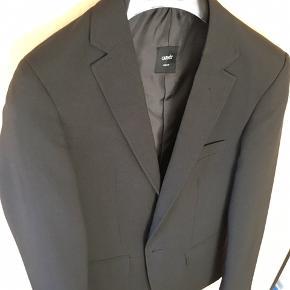"""Carnet Slim Fit jakkesæt (kan bl.a købes i """"Dansk Outlet"""".  Jakke str 42 og bukser 80 Brugt 1 gang. Nypris 600 kr, sælges for 250 kr.  Hele sæt m/ jakkesæt, hvid skjorte og butterfly sælges samlet for 350 kr👍👍"""