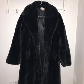 Faux fur jakke fra h&m. Den er en størrelse small, men er oversized og med store ærmer. Der fulgte et bindebælte med, da jeg købte den, men det har jeg ikke længere. Jakken er i god stand - i nakken er pelsen blevet lidt nusset. Kan afhentes i Aalborg 😊