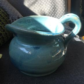 Skøn blå keramik kande 14 cm høj og 20 bred, se begge billeder                                      175kr mp  Randers nv ofte Århus Ålborg Odense københavn mm  Til salg på flere sider