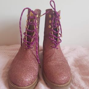 Sælger disse fine sko med multiglitter, model: Gustav boots.  Str. 38. meget  tilsvarende. Brugt en enkelt gang, derfor er standen som ny.   Bytter ikke, men byd bare. Jeg forestiller mig ca. 700 for dem? Originalpris var 2800 kr. Byd bare.   Ved TShandel betaler køber %gebyrerne, men ellers Mobilepay fint. Jeg sender i øvrigt med DAO, forsikret.