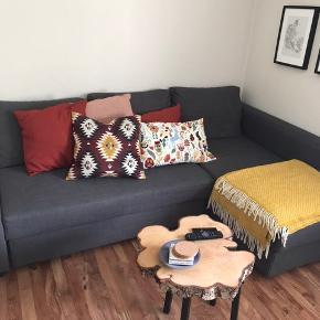 En fin sovesofa fra IKEA, som kan slås ud og med en god opbevaringsplads. Jeg er modtagelig overfor bud