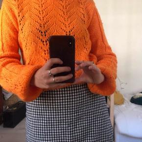 Sød orange mønstret sweater fra NA-KD - stadig i rigtig fin stand og ingen brugsspor. Bud modtages:)