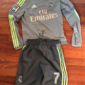 Flot Adidas sæt med Ronaldo tryk på ryggen, nr. og med div. mærker. Trøjen alene kostede 700 kr. fra ny.  Der er lidt brugstegn og lidt fnug bag på shortsene. Super både til at spille i ude og inde eller idrætstøj eller bare til skolebrug.