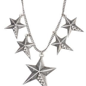 Varetype: -=NY=- Halskæde Størrelse: 48 cm Farve: Sølv Oprindelig købspris: 500 kr.  A&C JEWELLERY HALSKÆDE  Smuk sølvfarvet halskæde med fem stjernevedhæng fra A&C JEWELLERY DESIGN OSLO.  Længde: ca. 48 cm.  Serie: Signature Model: Stars Silver Style: 2032-1468   Varens stand: aldrig brugt
