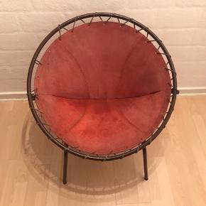Super fed retro stol. Brun metal skinne med rødt ruskind. Er gået lidt op i syningen, men kan nemt fikses. Måler 70 cm i diameter,74 i højde og 57 i dybde