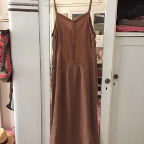Nougatfarvet fin kjole fra Transit. Længde fra skulder 115 cm.