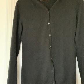 Klassisk Cashmere cardigan fra Månestråle i sort. Velholdt, brugt få gange.  Str. 2 (38/40)  Nypris 1700  Sælges for 600 (mindstepris)  Køber betaler evt forsendelse
