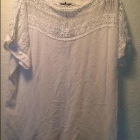 Varetype: t shirt Farve: Hvid Oprindelig købspris: 349 kr.  Smukke detaljer    Ny med tags - aldrig brugt