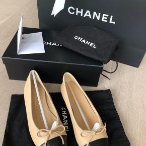 """Sælger disse Chanel ballerina da jeg desværre må indse at de er lidt for små til mig:(  Alt haves; pose, æske, kvittering, skoposer, """"holdere"""" i skoen til at holde form.  De er kun brugt omkring 2-4 gange og er blevet godt opbevaret.   Nypris 4460kr Mindstepris er 3000kr"""