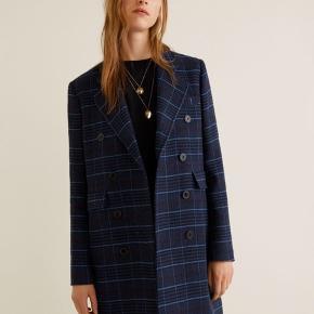 Ternet lang trench jakke fra Mango. Rigtig god stand.