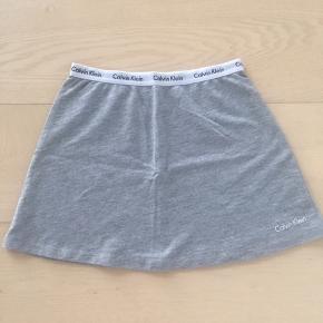 Sød nederdel fra Kalvin Klein