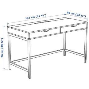 Jeg sælger dette skrivebord, da jeg har købt det samme i en ny farve.  Skrivebordet fejler ikke noget, men der er slitage da jeg hat haft det i 2,5 år.   Prisen er 500 kr, men er åben for bud.   Bordet kan afhentes i Slagelse.