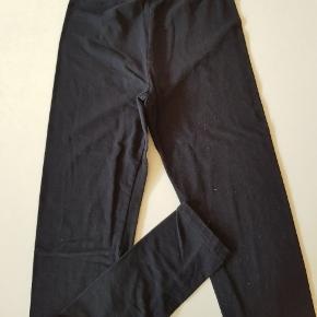 Sorte leggings. Næsten som nye. Det er str 164, men lille i str og passer bedst til str 152.  Sender også. Det koster 38 kr med Dao.