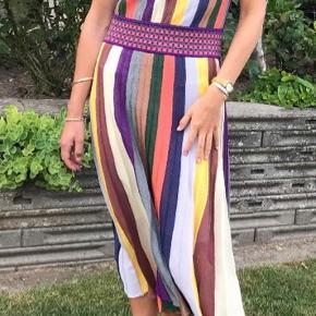 Strikkjole i stribet.  Vær sikker på at have en lækker og unik kjole til sommerens fest