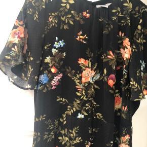Fin kjole, som sætter sig flot og viser figur, 100% polyester, brugt få gange 🌸🤗