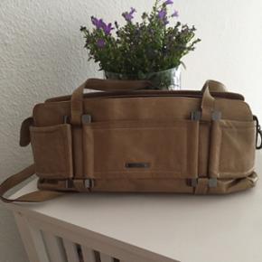 Sælger denne Claudio Ferrici taske.  Den er laver ud af kalveskind  Den er ca 35 cm lang  Højden er ca 14 cm  Dybden er ca 9/10 cm  Oprindelig pris er 1699kr  Nypris er 325kr  Den er ca 10 år gammel.