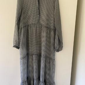 Flot, lang kjole fra Resume. Str. 36. Leah dress. Underkjole medfølger ikke. Kjolen har enkelte tråde, der er gået op - se billede, jeg kan sende flere billeder, hvis det har interesse.