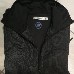 Adidas trøje. Den klassiske model.  2 lynlås lommer samt ryg print.   Kan passede af en xs-s  Kom gerne med seriøse bud :)