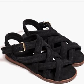 Mega fine sandaler, der er så gode at gå i. Kun brugt enkelte gange. Lidt store i str., så vil sige det er en 39,5.  Nypris: 1.400,-