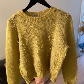 """Fin sweater fra Baum und pferdgarten i en grøn/gullig farve med """"fryser"""" foran, den er brugt 2-3 gange og fejler intet!"""