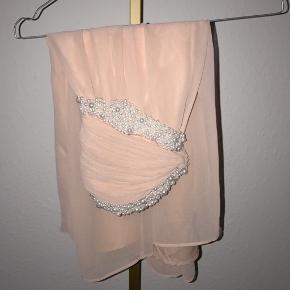 Kjole med perler fra NLY.   - Str. S (meget lille i størrelsen)  - Cond. 9/10. - Nypris omtrent de 600 kr.