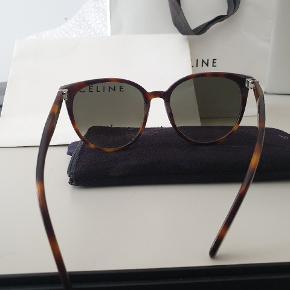 Sælger mine smukke Céline solbriller. Brugt sparsomt og uden ridser. Alt på billedet følger med.  Købspris 2600