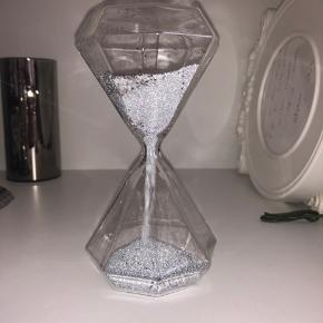 Diamantformet timeglas med grå og sølv sand og sølv glimmer