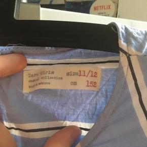 Fin zara kids kjole i blå med striber. Np 300 mp 25, brugt en gang. Meget krøllet på billederne, men den går til lidt over knæene på 11-12 årige. Byd!