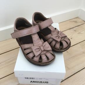 Angulus sandaler i rosa lak med sløjfe. Æske og kvittering haves. Nypris 800,00 kr. Godt brugt, men fine som ekstra.