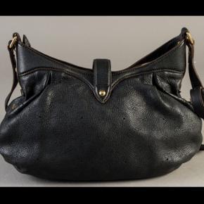 Rigtig lækker og enormt slidstærk taske i tykt læder som er i monogram præget mønster. Man kan tage den lange rem af så har man en skuldertaske.   Naturligvis ægte med serienr.   Mål: 30 x 30 x 12cm  Bemærk farven er sortbrun næsten sort.   Fin taske i flot stand.