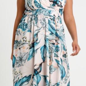 Smuk kjole med tyrkise/ blå blomster. Flot effekt på ryggen. Brugt en gang.  Little mistress. Str 54 Bm 2 x 66  Længde 122 cm  Pris 250 kr pp 37 kr dao el afh Roskilde. Nypris 799kr