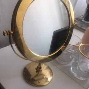 Smukt gammelt lille spejl har en normal og en forstørrende side