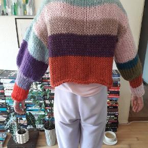 Super lækker cardigan strikket af mig. Den er kort og i tykt garn . Den måler 48 cm  og ærmerne måler 46 cm. Prisen er fast og uden porto