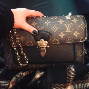 Louis Vuitton, Victoire noir, er næsten slet ikke brugt - kun 3 gange. Det er også derfor, at jeg vælger at sælge den, da den bare står og gemmer sig i skabet, hvilket er synd, når tasken er så smuk, som den er.  Der er små brugstegn på tasken foran, som nærmest slet ikke kan ses medmindre man står ude i lyset og nærstudere det. Dette er nærmest uundgåeligt, da dette type skind, ligesom Chanel taskerne, er lidt sarte.   Ellers fejler tasken absolut intet, og er så smuk! Folk vil kigge opsøgende efter dig, som kommer til at eje tasken, da den simpelthen er en show stopper!   Den er købt sidste år, 8 november 2019 i København, og ALT medfølger ! Dvs dustbag, kvittering, æske og pose!   Skriv hvis du er interesseret og hvis du vil se flere billeder, det hjælper jeg gerne med!  Ps prisen er nogenlunde fast, men hvis du kommer med et realistisk bud, kan vi måske finde ud af noget😜