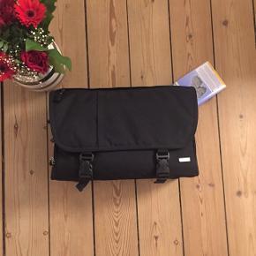 Type: KamerataskeMærke: Dörr, størrelse XL. Nypris: 699 (har stadig prismærke på) Stand: Ubrugt.  Dejlig stor rummelig taske, med en masse rum til opbevaring. Har bl.a to rum til SD kort og et stort rum med vægge, som kan flyttes rundt på. Der medfølger et rem, så man kan have den over skuldren. Kom med et realistisk bud, da den skal væk hurtigst muligt!😉  Jeg sender gerne på købers regning, hvor at jeg sender med Tradonos handelsystem, da både køber og sælger er forsikret. Kan dog også sendes med Postnord, men det er på købers eget ansvar!