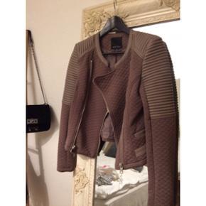 Brun jakke med læder-look detaljer. Brugt 1 gang  str. 38