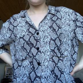 Fin kortærmet skjorte fra Bershka. To så lommer foran. Lukkes med knapper.   #30dayssellout