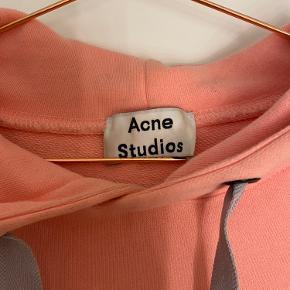 Acne Studios hoodie, i en lækker lyserød farve. Sælges til 1050kr, inklusiv fragt. Fitter S/M