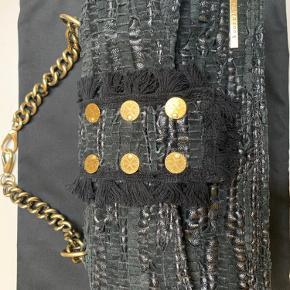Stor New Yorker Soho taske fra Kooreloo sælges. Sort med guldmønter og kæde på. Står stort set som ny, der er ingen tegn på slitage eller andet på den.  Mål: 32x17x9 cm Dustbag medfølger.